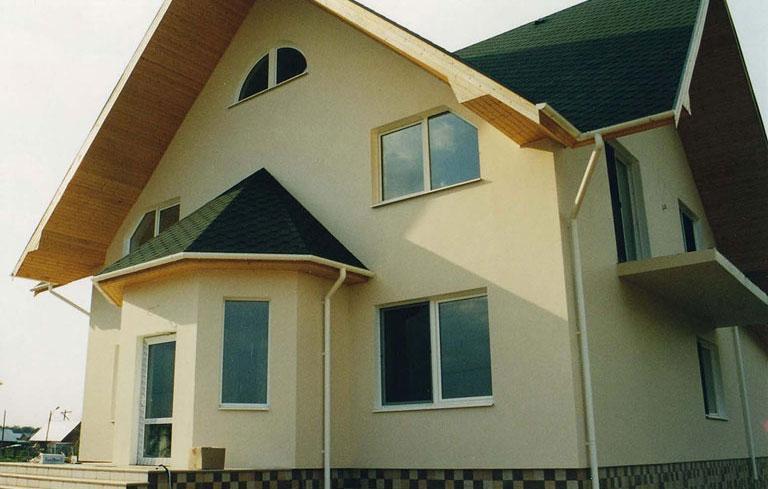 Частный дом с шаговым балконом.